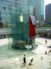 Apple Store Shanghai - Cilindro di cristallo con drappo rosso
