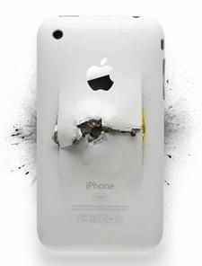 iPhone bianco distrutto, come attraversato da una pallottola