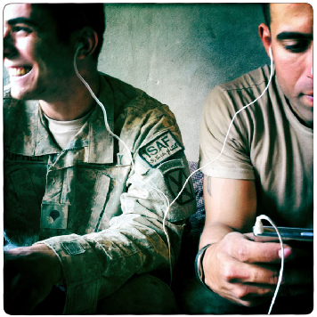 Soldati in Afghanistan ascoltano musica con l'iPhone - Demon Winter - iPhone