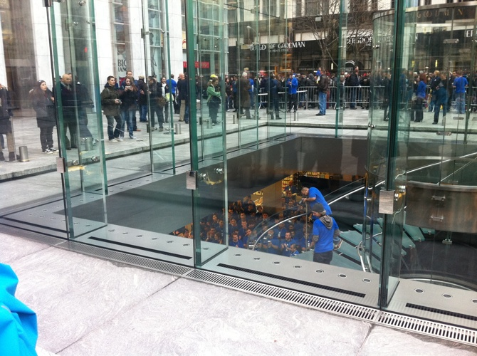 iPad 2 - La coda presso l'Apple Retail Store della 5th Avenue di New York