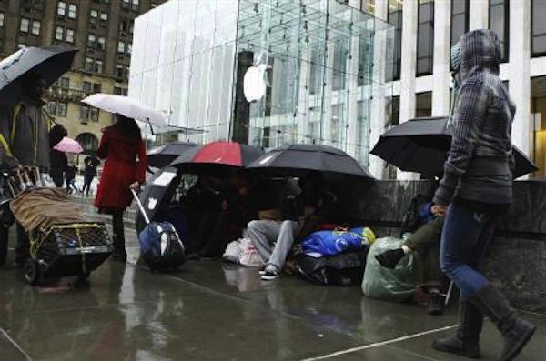 iPad 2 - Un pezzo di coda sotto la pioggia davanti all'Apple Store della 5th Avenue di New York