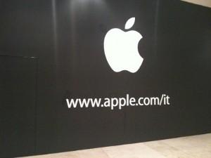 Apple Store Campania - Compare la mela ed il sito web sui pannelli neri che coprono il cantiere