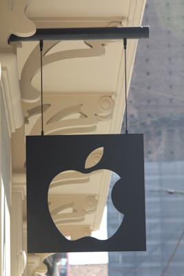 Apple Store Via Rizzoli, Bologna - L'insegna in ferro battuto