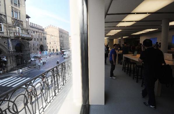 Apple Store Via Rizzoli, Bologna - Scorcio da una finestra del primo piano