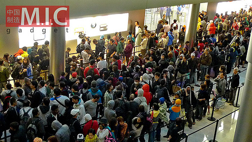 La ressa presso l'IFC di Hong Kong, dove oltre 3000 persone si sono accalcate per l'iPhone 4S