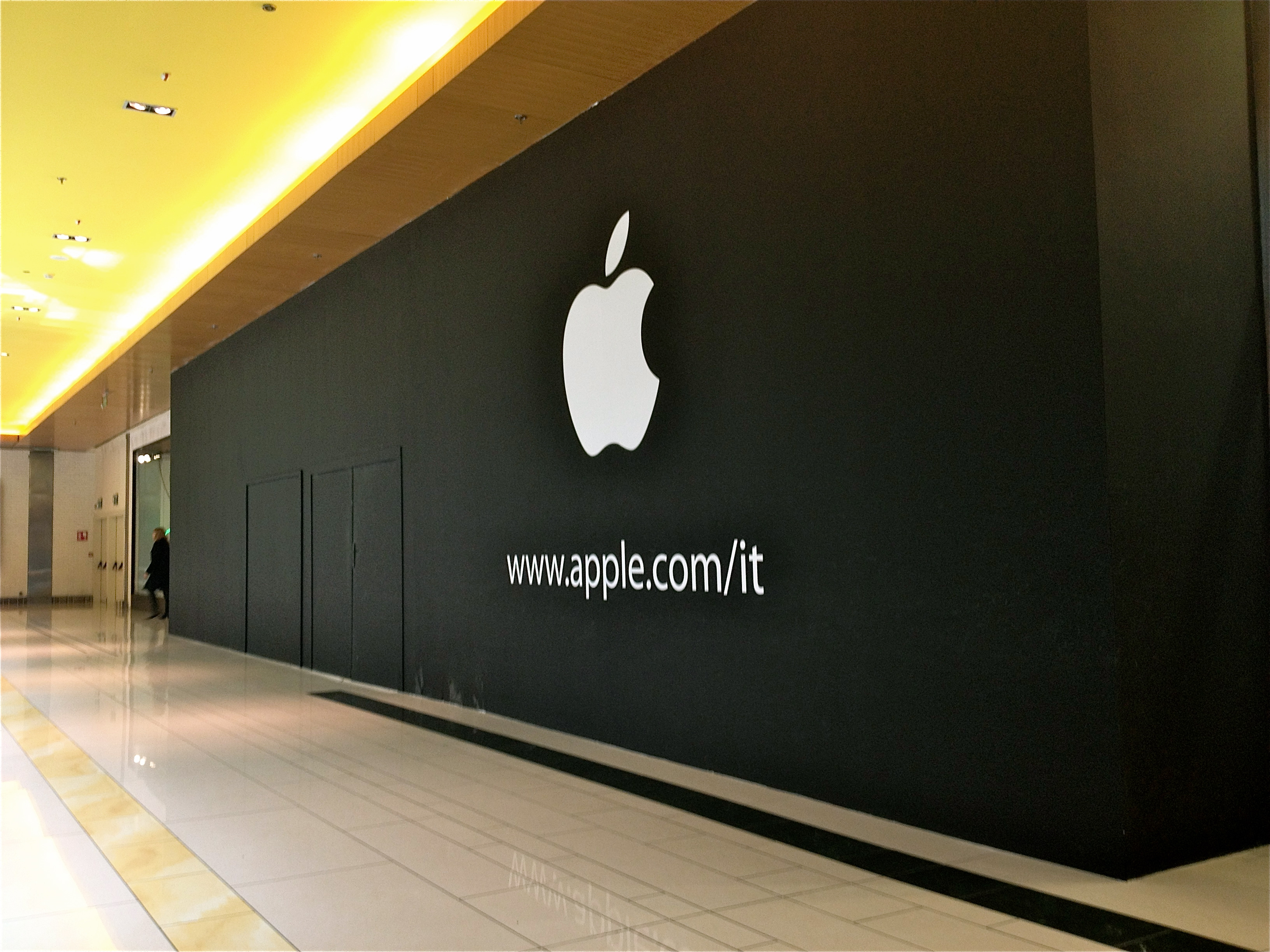 Apple Store Porta di Roma - Prime foto con il logo fuori dal cantiere