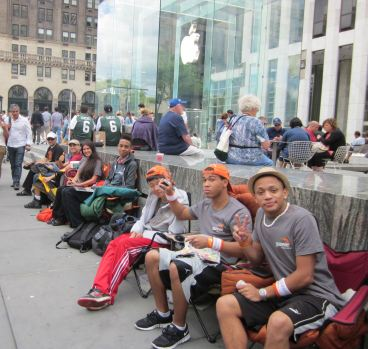 Coda per l'iPhone 5 davanti all'Apple Store della 5th Avenue di New York