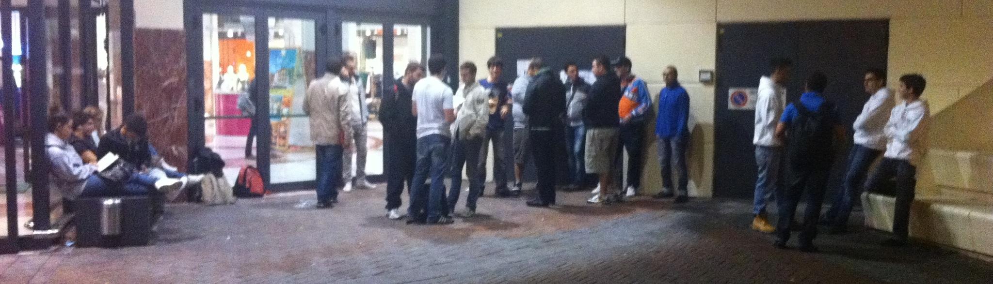 iPhone 5 Day One - La coda davanti al Centro Commerciale I Gigli è iniziata nel pomeriggio