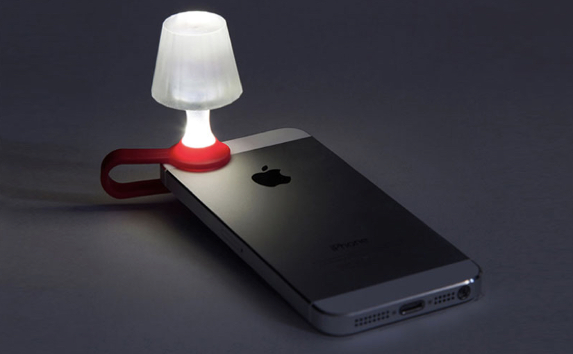 I diversi utilizzi della luce a LED dei nostri smartphone
