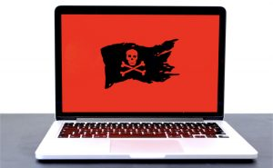 MacBook Pro con bandiera dei pirati in campo rosso