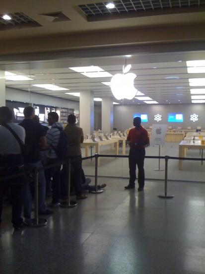 Apple Store Grugliasco (TO) - La coda alle prime ore della mattina